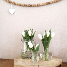 Witte tulpen in verschillende vaasjes. Wreaths, Table Decorations, Furniture, Home Decor, Decoration Home, Room Decor, Home Furnishings, Bouquet, Arredamento