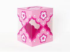 Diese Geschenkschachtel ist aus Fotokarton (Tonkarton) gefertigt, hat Fenster aus fester Folie und ist ca. 11,5 x 15 x 11,5 cm groß. Eine Tolle Verpackungsidee zur Geburt! https://www.crazypatterns.net/de/items/6225/geschenkschachtel-0-1-bastelvorlage-mit-anleitung