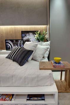 A cama conta com nichos para guardar itens de decoração, no apartamento de 35m², no projeto de Smart Décor by Fernanda Marques. Telefone: (0xx11) 3848-3456. Foto: Divulgação