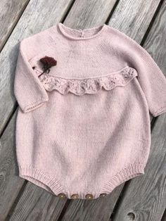 Erantis Romper pattern by Knitting for Sif – pinturest – Knitting Baby İdeas. Baby Romper Pattern, Baby Girl Romper, Baby Dress, Knitting Baby Girl, Knitting For Kids, Baby Girl Patterns, Baby Knitting Patterns, Girls Sweaters, Baby Sweaters