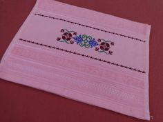 Toalha de lavabo - rosa - bordada em ponto cruz - desenho de flores