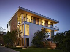 A Waterfront Weekend Retreat For A Family In The Hamptons Stelle Lomont Rouhani Architects have designed a weekend retreat for a single father that looks out over Mecox Bay in Water Mill nbsp hellip Weekender, Modern Architecture Design, Cedar Siding, Modern Architects, House Built, House And Home Magazine, The Hamptons, Facade, Building A House