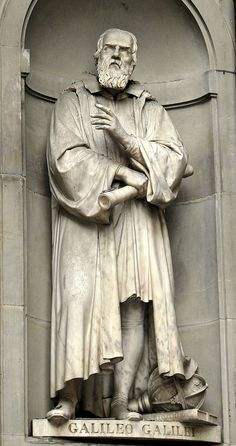 Statue of Galileo Galilei outside the Uffizi Gallery - Florence Photo Gallery - The Trusted Traveller