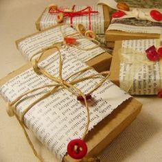 Geschenkverpackung mit Packpapier und Buch-/Zeitungsseiten. Gift wrapping.