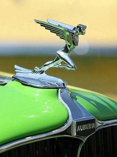 L'industrie automobile aux Etats-Unis, encore un peu plus qu'ailleurs, n'a été faite que de haut et de bas. L'histoire de la société Auburn en est la parfaite illustration. C'est le 22 août 1903 que nait la « Auburn Automobile Company ». La production... Retro Cars, Vintage Cars, Antique Cars, Car Badges, Car Logos, Jet Packs, Porsche 911 Classic, Car Hood Ornaments, Afrique Art