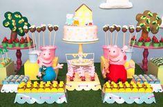 Peppa Pig é a nova sensação nas festinhas infantis! A porquinha cor-de-rosa foi o tema do aniversário de 3 anos da Ana Júlia. A decoração fofinha ficou por