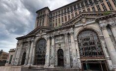 Estación Central Michigan en Detroit, Michigan. Construida entre 1912 y 1913, esta Estación Central ferroviaria de pasajeros de Detroit fue la estación de tren más alta del mundo. Con el cierre de la línea en 1988, la Estación Central cayó en desuso y los planes para su restauración fallaron.