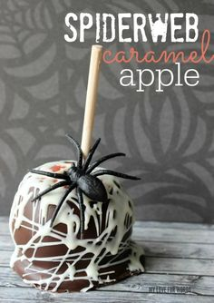 Easy and delicious gourmet spiderweb caramel apples. Halloween Desserts, Halloween Cupcakes, Halloween Candy Apples, Postres Halloween, Soirée Halloween, Halloween Food For Party, Halloween Treats, Halloween Dishes, Halloween Baking