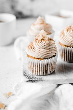 I'm welcoming October with these Pumpkin Spice Latte cupcakes. Fluffy and moist pumpkin spice cupcakes, topped with silky latte buttercream, cinnamon sugar and candied ginger. I'm welcoming October with these Pumpkin Spice Latte cupca Desserts To Make, Fall Desserts, Delicious Desserts, Dessert Recipes, Fall Snacks, Pumpkin Spice Cupcakes, Pumpkin Spice Latte, Cupcakes Fall, Moist Cupcakes