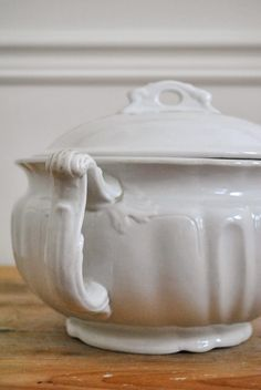 Ironstone/Creamware, from The Grower's Daughter. Vintage Bowls, Vintage China, Shabby Vintage, Vintage Pottery, Beautiful Dining Rooms, White Dishes, Art Deco, French Country Decorating, Dinnerware