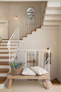 בית בשרון- גמר והום סטיילינג   רונית אלמליח Dream Home Design, Home Interior Design, Interior Architecture, House Design, Wood Floor Stairs, House Stairs, Kitchen Room Design, Home Decor Kitchen, Staircase Design Modern