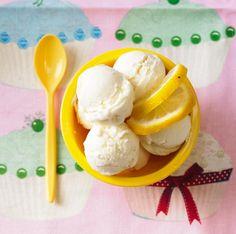 Zutaten für das Rezept Buttermilch-Zitronen-Eis: Vanillezucker, Agavendicksaft, Buttermilch, Crème fraîche, Zitronen