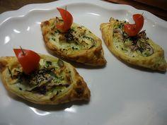 Těsto nakrájejte na obdélníky (z plátu chlazeného těsta je jich osm). Z… Ricotta, Tofu, Baked Potato, Potatoes, Baking, Ethnic Recipes, Potato, Bakken, Backen