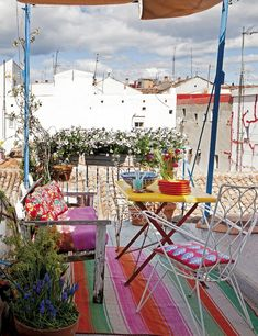 La terrasse comme on l'aime - Nuria Mora Madrid Madrid, Outdoor Rooms, Outdoor Living, Outdoor Decor, Turbulence Deco, Outside Living, Al Fresco Dining, Balcony Garden, Eclectic Decor