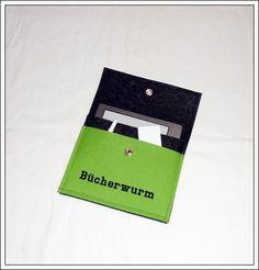 Die Filzhülle ist passend für einen E-Book-Reader Kindle.  Die Hülle besteht aus 3 mm apfelgrünen und anthrazit-melierten reinen Wollfilz (100 % ...