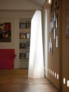 Au design élancé, rappelant les buildings de New-York, ce lampadaire d'intérieur, signé Slide Design plait dès le premier regard. Il apportera une douce lumière à votre intérieur. Il existe aussi en modèle pour l'extérieur.