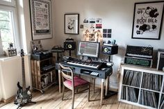 ✅ Live in an apartment and have no space for a home studio? Check out these 11 awe-inspiring home studio ideas for small apartments - Great ideas for how to set up a music studio in an apartment or small space! Home Recording Studio Setup, Home Studio Setup, Music Studio Room, Studio Ideas, Home Music Rooms, Music Bedroom, Music Corner, New Wall, Home Office