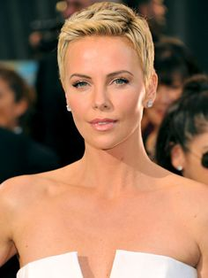 Short Cut Edition: South African beauty Charlize Theron looks stunning with her locks cropped short! Charlize Theron, Love Hair, Great Hair, Gorgeous Hair, Short Hair Cuts, Short Hair Styles, Pixie Cuts, Short Pixie, Corte Y Color