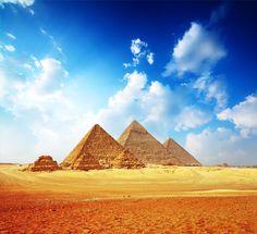 As três grandes Pirâmides de Gizé. A majestosa construção de 147 metros de altura - da  Pirâmide de Quéops - foi a maior construção feita pelo homem durante mais de quatro mil anos.