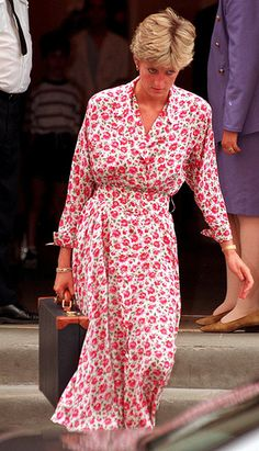 A page dedicated to the timeless and divine Diana, Princess of Wales, and her children William and Henry and their partners. Princess Diana Fashion, Princess Diana Family, Royal Princess, Princess Of Wales, Princess Charlotte, Glamour, Kate Middleton, Princesa Real, Charles And Diana