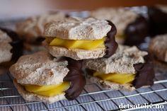 Gule bomber er populære til jul, men kan like godt lages hele året. Norwegian Food, Norwegian Recipes, Cake Recipes, Dessert Recipes, Mini Cakes, No Bake Desserts, Food Inspiration, Chocolate, Sweet Tooth