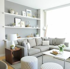 Wohnideen hellgraue Wandfarbe weiße Wandregale
