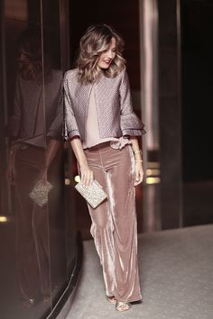 Mpnochrpme Blush/Mauve, combining velvet and satin textures Blush top+blush velvet pants+golden pep toed heels+blush metallized jacket+golden clutch. Look Fashion, Winter Fashion, Fashion Outfits, Womens Fashion, Silvester Outfit, Fall Transition Outfits, New Years Eve Outfits, Velvet Pants, Velvet Jacket