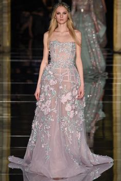 Fashion Friday: Zuhair Murad Spring 2016 Couture | Edgy | Daring | Beautiful | Minis | Striking | Capes | Trains | Corsets | Creeping Floral Embroidery | http://brideandbreakfast.hk/2016/03/11/zuhair-murad-spring-2016-couture/