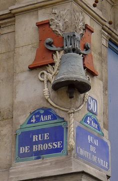 A beautiful bell at the corner of Rue de Brosse and Quai de l'Hotel de Ville - Paris 4th