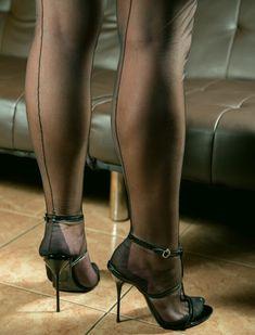 Hübschen Weiblichen Lange Beine Und High Heels Auf Weißem