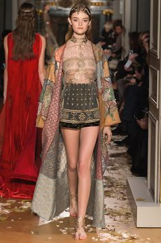 Valentino Official Website - Discover the Valentino Women Spring/Summer 2016 Haute Couture Fashion Show Collection. Watch the Fashion Show, Accessories and much more. Runway Fashion, High Fashion, Fashion Show, Fashion Design, Valentino Dress, Valentino Women, Haute Couture Style, Haute Couture Outfits, Jolie Lingerie