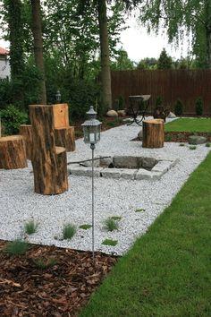 Meble ogrodowe z drewna, pomysły na ogrod, drzewa w ogrodzie. Zobacz więcej na: https://www.homify.pl/katalogi-inspiracji/30607/drzewa-w-ogrodzie-6-praktycznych-porad