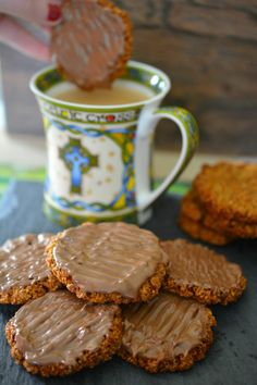 I can officially say with hand on heart that these Home-Made Chocolate Hobnob Biscuits are even better than the shop ones. These are buttery, nobbly little rounds of hobnob heaven. Chocolate Hobnobs, Chocolate Pavlova, Chocolate Treats, Homemade Chocolate, Hobnob Biscuits, Corn Salad Recipes, Homemade Biscuits, Chocolate Coating