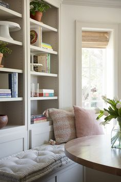 Looking to emulate the design ideas from Season Episode 2 of HGTV's Fixer Upper in your own home? Read for breakfast nook designs & wainscoting ideas. Fixer Upper, Calgary, Breakfast Nook Decor, Chip And Joanna Gaines, Dining Nook, Nook Table, Kitchen Nook, Kitchen Tables, Built In Cabinets