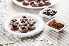 * Kakaové sádlovky jsou křehké, akorát sladké a marmeláda v nich chutná bezkonkurenčně; Jakub Jurdič Christmas Cookies, Cereal, Xmas, Breakfast, Sweet, Recipes, Food, Xmas Cookies, Morning Coffee