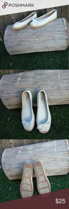 Simply Vera Espadrille White Flats Inside sole has a small black stain u could picture 4...size 8 Simply Vera Vera Wang Shoes Espadrilles