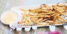Pastinaakfrietjes zijn de gezondste frietjes die er zijn. En super lekker. Ideaal om een gezond avondmaal op tafel te toveren of als heerlijk snackje tussendoor