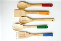 Looking for a great DIY gift idea for your family and friends? Make these Paint Dipped Utensils with this step by step tutorial. Free Printable gift tags too.
