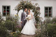 Hochzeit im Museumsdorf Niedersulz in Niederösterreich Wedding Locations, Portrait, Wedding Photography, Wedding Dresses, Ideas, Fashion, You Never Know, Floral Arrangements, Wedding Anniversary