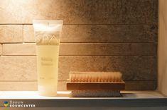 Deze marmeren badkamer oogt heel rustig door de natuurlijke kleuren die zijn gebruikt. Toch ook erg chique door de gebruikte materialen. Door de mooie witte handdoeken en luxe regendouche krijg je bijna een hotel gevoel! Showroom, Shampoo, Spa, Shabby Chic, Lush, Fashion Showroom