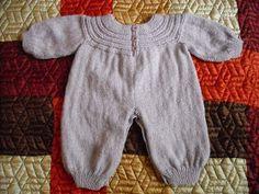 Olá pessoal, Finalmente terminei o macacão para bebês de 0 a 3 meses. Procurei fazer o modelo mais simples possível, de modo a permitir q...