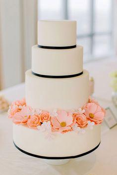 Bruidstaart met zwarte accenten en bloemen