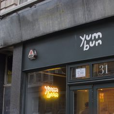 LONDON - Yum Bun, bringing with it all the best elements of the Taiwanese gua bao savoury bun – a sort of Cantonese take on the kebab. Yum indeed. This Asian import is going up against some pretty popular trend-foods (gourmet hot dog served with champagn Hot Dog Restaurants, Asian Restaurants, London Restaurants, Signage Design, Cafe Design, Food Design, Store Design, Gourmet Hot Dogs, Burger Restaurant
