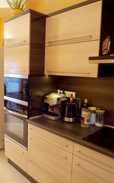 Modern konyhabútor világos akác frontokkal Home Kitchens, Liquor Cabinet, Kitchen Cabinets, Furniture, Kitchen Ideas, Design, Home Decor, Flat, Kitchen Models
