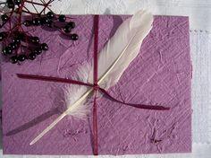 """handgeschöpftes Holunder-Briefset KCA 30 Samhain von paperuli auf DaWanda.com, Umschlag mit eingeschöpften Holunderzweigen, eiszackige Briefkarte mit Frau Holles Schneeflocken, Federdeko und selbstklebendes Siegel """"Drudenfuß"""", ein mythologisch-magischer Beitrag zur Kreativ-Chaoten-Aktion mit dem Thema """"Samhain"""" auf DaWanda"""