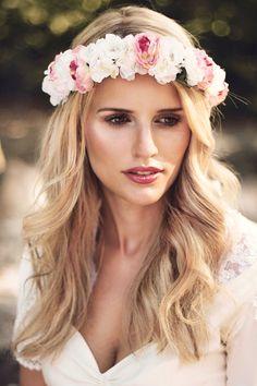 Blumenkranz aus rosa Rosen und Kirschblüten Hochzeit Dirndl flower crown wedding