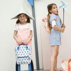 MILL MOCHILA. Estupenda mochila con estampado de molinillos de viento. Tiene un bolsillo delantero para guardar los lápices. Los cierres son de cremalleras metálicas y además de las correas para colgarla en la espalda, lleva dos asas superiores.  Dimensiones: 21x28x8cm (ancho x alto x prof)  #kids #mochilas #mamis #bags #colegio #school #niños #niñas