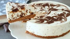 A super easy no bake cheesecake recipe with simple ingredients. This delicious no bake stracciatella cheesecake is perfect for an easy and fast dessert. Cheescake Recipe, Baked Cheesecake Recipe, Easy No Bake Cheesecake, Cheesecake Cake, No Cook Desserts, Just Desserts, Baking Recipes, Cookie Recipes, Birthday Cakes