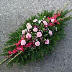 Diy Wreath, Wreaths, Cemetery Decorations, Cemetery Flowers, Funeral Memorial, Pallets Garden, Funeral Flowers, Creative Design, Gerbera
