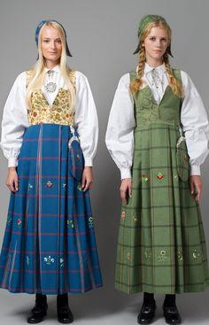 GAUSDALBUNAD Utformingen av Gausdalbunaden bygger på to rutete stakker med… Folk Costume, Costumes, Costume Ideas, Medieval Dress, Bridal Crown, Traditional Dresses, Norway, Folklore, Shirt Dress
